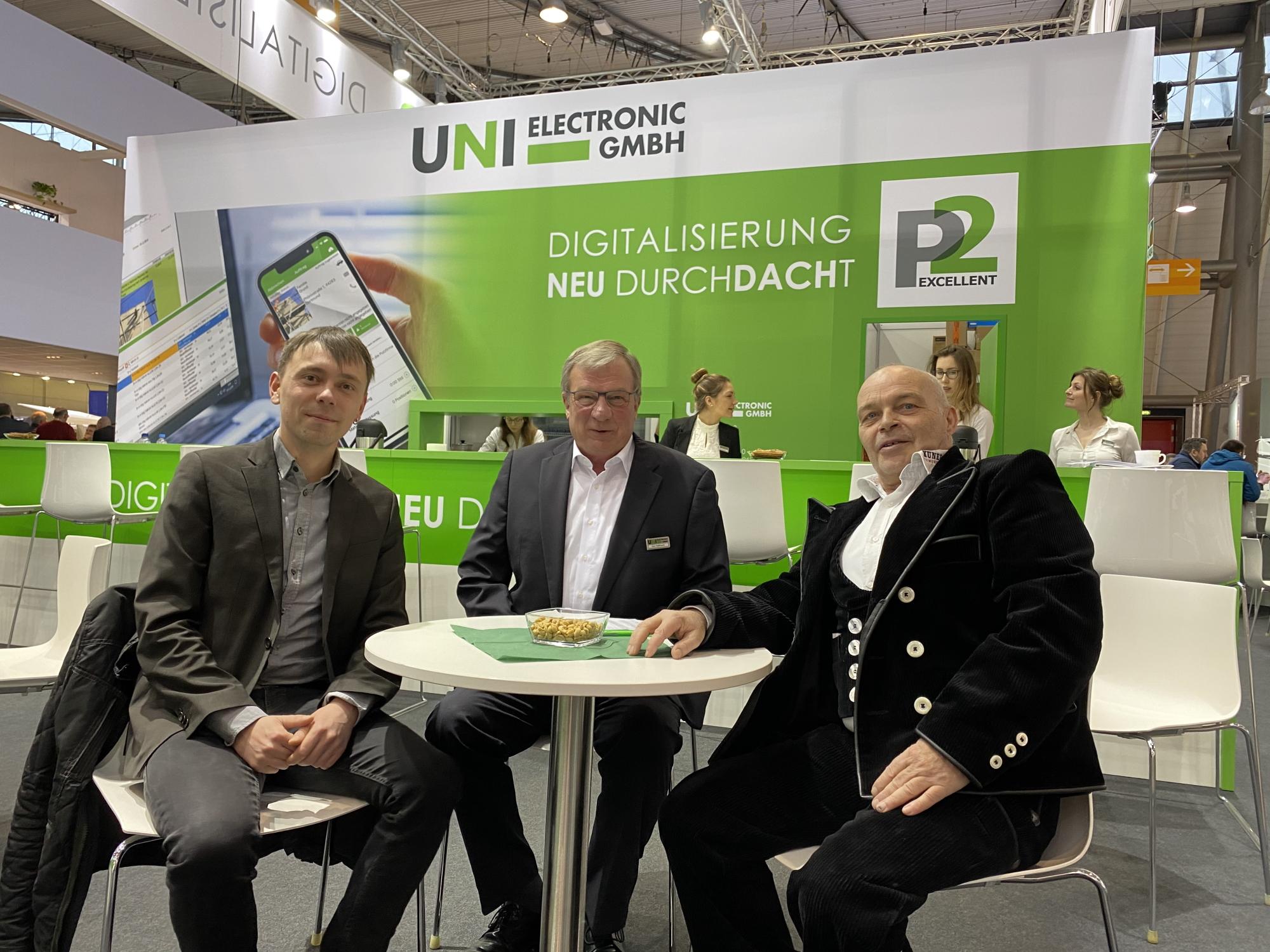 Herr Münch (Geschäftsführer des Landesinnungsverbands des DD-Handwerks Sachsen, links), unser Systemberater Herr Rassmann (mitte) und Herr Kunert (Landesinnungsmeister der DD-Innung Sachsen, rechts)