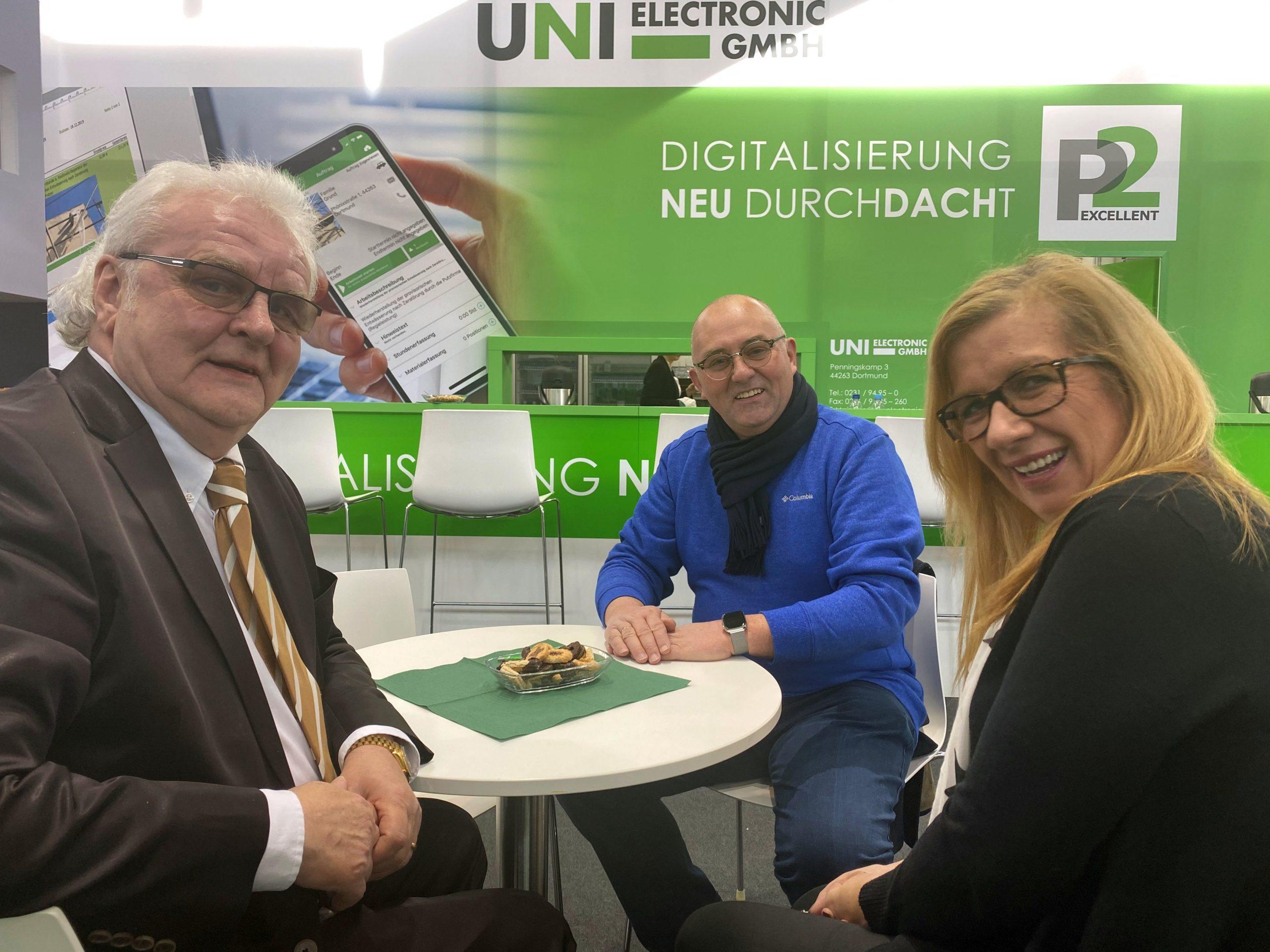 Unser Geschäftsführer Richard Soika (links) mit Dachdecker Peters aus Düsseldorf und seiner Ehefrau